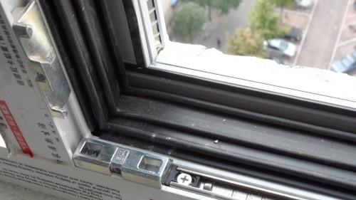 窗户框上的四道胶条