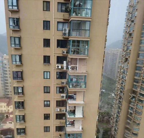 台风经过后的阳台门窗